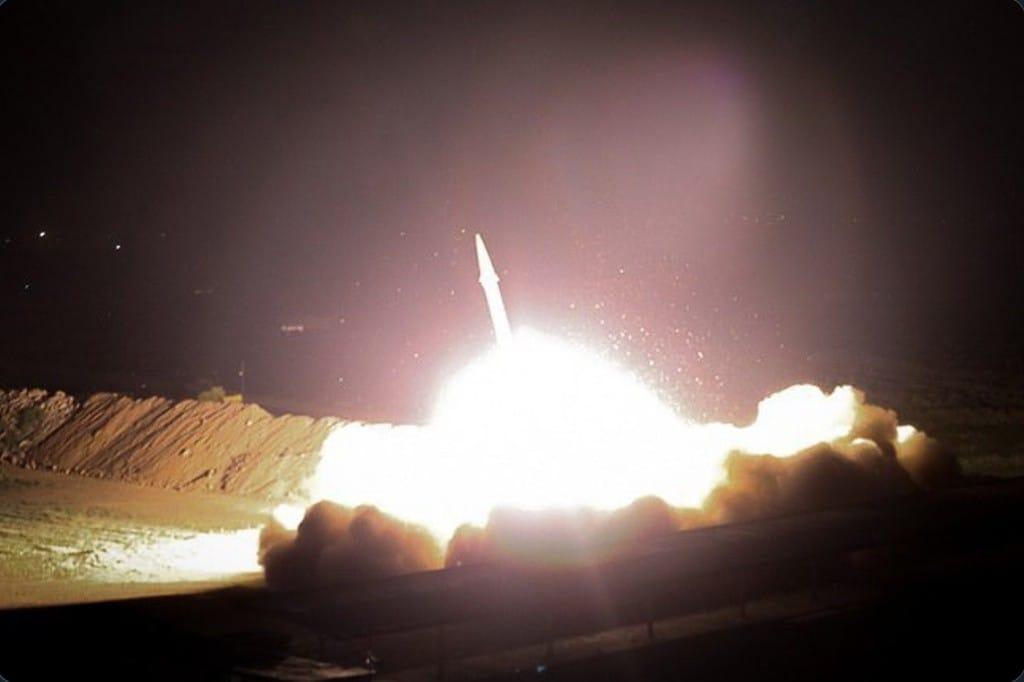tên lửa Iran phóng tấn công căn cứ quân sự Mỹ. Ảnh: FarsNews.