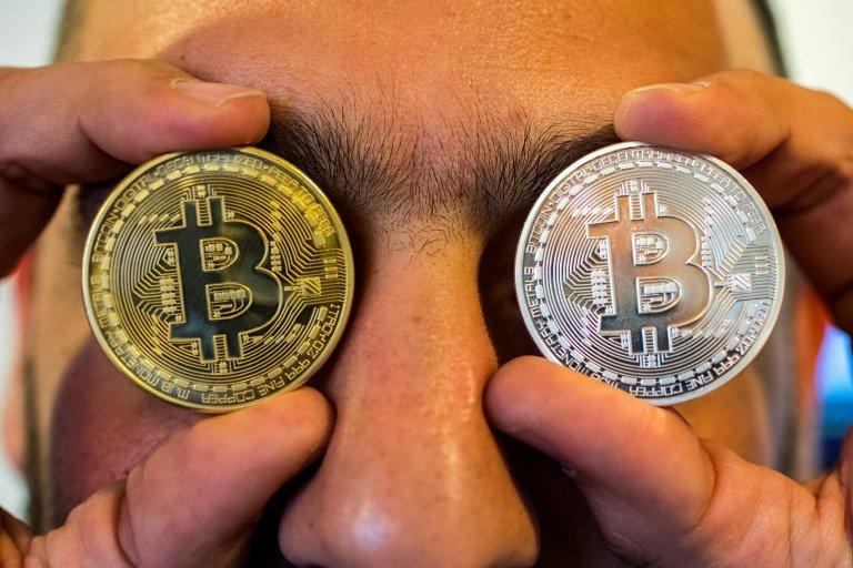 Thị trường Altcoin đỏ ngòm khi Bitcoin tụt trở lại dưới 54,000 USD