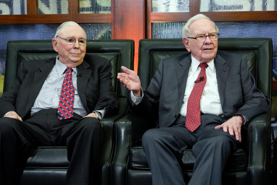 يقوم Warren Buffet و Charlie Munger بالترويج بشكل غير مباشر لعملة البيتكوين